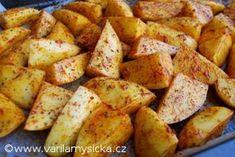 Pečené brambory- Pokud máte brambory s použitelnou slupkou, tak je jen omyjte a nakrájejte buď na měsíčky nebo ten měsíček ještě prekrojte na půl, pokud jsou brambory větší. V míse brambory pořádně promíchejte s olivovým olejem a kořením. Záleží na vaší chuti, mně nejvíce vyhovuje např. Kombinace drceného kmína, červené papriky a oregana. Výborné jsou také s kurkumou. Ochucené brambory vyklopte na nepřilnavý plech. Mně se ale stejně připékaly, proto plech vyložím pečicím papírem a s… Sweet Potato, Potatoes, Food And Drink, Vegetables, Cooking, Turmeric, Cuisine, Kitchen, Potato