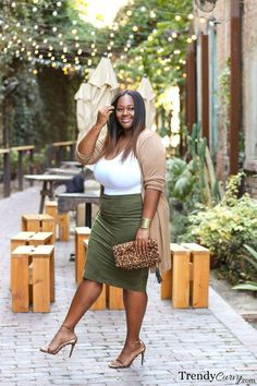 Adorable Plus Size Outfits Inspiration Ideas For Spring 22 - Adorable Plus Size Outfits Inspiration Ideas For Spring 22 Olive Green Midi Skirt With White Top And Nude Cardigan Plus Size Tips, Look Plus Size, Curvy Plus Size, Plus Size Style, Big Girl Fashion, Curvy Fashion, Look Fashion, Fashion Boots, Cardigan Fashion