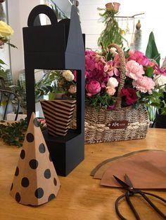Esto es ideal para el empaquetado de la flor hasta su arreglo de flores. Cajas pueden ser decoradas con etiqueta, cinta, etiqueta engomada, etiqueta en cuanto a servir a su idea. ¿Está ejecutando una tienda de flores? ¿Buscas un nuevo favor o regalo impresionante? En primer