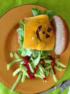 Hamburguesa de calabaza y papas fritas radioactivas con sangre. Almuerzo de Halloween!