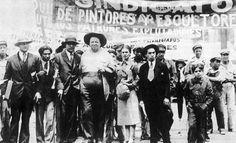 Diego Rivera y Frida Kahlo con miembros de la Unión de Artistas  en el desfile del 1º de mayo de 1929.  Foto: Tina Modotti. Archivo Fotográfico IIE-UNAM.