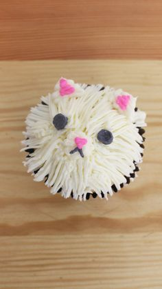 These delicious chocolate chip cupcakes are decorated to look like fluffy white kittens! These delicious chocolate chip cupcakes are decorated to look like fluffy white kittens! Chocolate Chip Cupcakes, Dark Chocolate Chips, White Chocolate, Cat Birthday, Birthday Cupcakes, Kitten Cake, Cupcake Videos, Animal Cupcakes, Puppy Dog Cupcakes