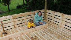 ᐅ Terrasse aus Paletten selber bauen Diy Pallet Furniture, Garden Furniture, Outdoor Shelters, Palette Diy, Pallet House, Getaway Cabins, Diy Shops, Terrazzo, Natural Flavors