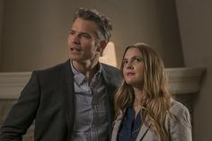 """The pretty good Netflix comedy """"Santa Clarita Diet"""" stars Drew Barrymore and Timothy Olyphant as Southern California realtors whose lives turn upside down when she starts craving human flesh. Santa Clarita Diet, Timothy Olyphant, Rap, Walton Goggins, New Comedies, Comedy Series, Tv Series, Drew Barrymore, Flirt Tips"""