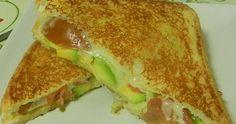 El sandwich de aguacate, queso y tomate es una opción muy apetecible como cena rápida, un bocado delicioso y nutritivo.