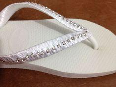 Chinelo Havaianas na cor branca personalizado com fita de cetim branca e strass prata. Consulte-nos tamanhos e cores!  www.facebook.com/criattivapersonalizados