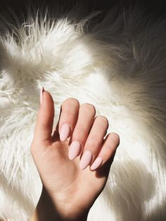 Semi-permanent varnish, false nails, patches: which manicure to choose? - My Nails Almond Acrylic Nails, Best Acrylic Nails, Almond Nails Pink, Rounded Acrylic Nails, Short Almond Nails, Almond Nail Art, Nude Nails, Pink Nails, Pink Manicure