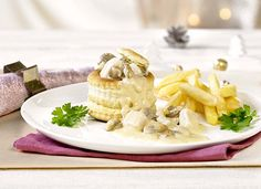 Koninginnenhapje met kip | Colruyt Recipe Details, Camembert Cheese, Menu, Ethnic Recipes, Food, Design, Mushroom, Menu Board Design, Meals