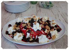 Joghurt-Bombe mit Brombeersoße und Brombeeren