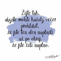 Krásný večer všem laskavým lidem, kteří svůj život žijí naplno. ☕ #sloktepo #motivacni #hrnky #miluju #citat #zivot #darek #domov #stesti #laska #rodina #czechgirl #czechboy #czech #praha