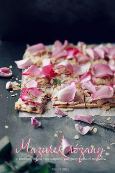 Mazurek różany  z płatkami migdałów. Udekorowany płatkami róży. Na idealnym spodzie znanym z mazurka dekadenckiego i pomarańczowego.