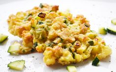 Eine vegetarische Delikatesse bereiten Sie mit diesem #Rezept zu. Die saftigen Erdäpfel-Zucchini-Laibchen sollten Sie ausprobieren.