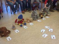 In de wachtkamer Laat een aantal patiënten één voor één de wachtkamer binnenkomen. Zij trekken een nummer. Laat de kinderen het juiste getal bij de patiënt leggen. Vraag de kinderen welke patiënt als eerste aan de beurt is, welke als vijfde enzovoorts. Oefen de rangtelwoorden, het tellen en de getalsymbolen. Pre School, Preschool Activities, Diy And Crafts, Teaching, Kids, Activities, Studying, Young Children, Children