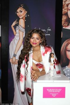 Zendaya smiled in front of a promotional picture Zendaya Outfits, Zendaya Style, Bella Thorne And Zendaya, Zendaya Maree Stoermer Coleman, Outfit Des Tages, Moda Chic, Make Your Own Makeup, Dreadlock Hairstyles, Beauty Makeup Tips