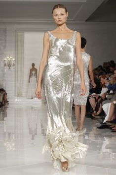 Ralph Lauren RTW Spring Look how that silver bounces. Beautiful Gowns, Beautiful Outfits, Nice Dresses, Formal Dresses, Wedding Dresses, Grey Dresses, Look Gatsby, Gatsby Style, Couture Fashion