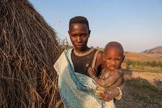 Clodine Nyonsaba, de 25 años, no sabe leer ni escribir. Vive en una choza de…
