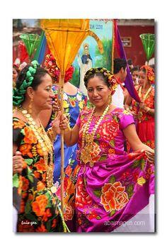 Mujeres en trajes tradicionales, Mexico
