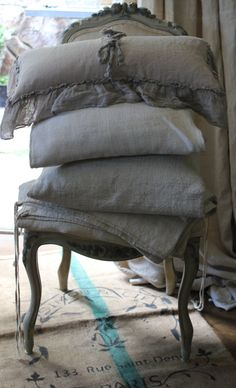 Love and Want French linen Bedding. Shabby Vintage, Shabby Chic, Vibeke Design, Linens And Lace, French Country Style, Country Chic, Linen Pillows, Linen Bedding, Bedding Sets