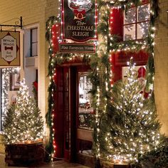 """🎁🎄⭐️""""City sidewalks, busy sidewalks, dressed in holiday style. In the air there's a feeling of Christmas...""""⭐️🎄🎁"""