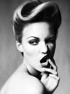 coiffure année 50, photo noir et blanc, lèvres foncés, coiffure rockabilly