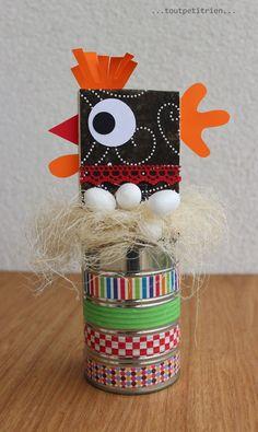 Une boîte de conserve, du masking tape et une poule en bois/tissus/papier. www.pinterest.com/fleurysylvie et www.toutpetitrien.ch #bricolage #enfant #paques