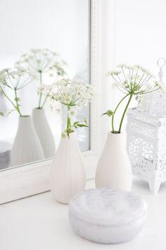 All white decor All White, Pure White, Cream White, Vibeke Design, Shades Of White, White Vases, Deco Table, White Decor, Flower Vases