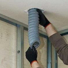 Passer la gaine dans la section de tuyau en PVC traversant la dalle d'étage. Mousse Expansive, Dalle Pvc, Tube Pvc, Leg Warmers, Herve, Mechanical Ventilation, Angle Grinder, Paving Slabs, Bath
