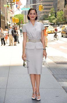 Марион Котийяр, носить Dior костюм Фотография