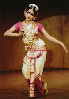 Girl dancing in a traditional Indian dance. Folk Dance, Dance Art, Country Style Wedding Dresses, Cultural Dance, Peacock Costume, Horror Costume, Indian Classical Dance, Dance Poses, Dance Photography
