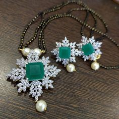 Saved by radha reddy garisa Emerald Jewelry, Pearl Jewelry, Pendant Jewelry, Beaded Jewelry, Beaded Necklace Patterns, Gold Jewelry Simple, Black Beats, Black Thread, Sams