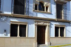 Recercados con molduras de piedra artificial para puertas y ventanas. #fachadasdecasasconpiedra