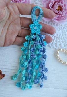 Crochet Small Flower, Crochet Flower Headbands, Crochet Flower Patterns, Crochet Designs, Crochet Flowers, Loom Crochet, Crochet Mask, Crochet Gifts, Bracelet Crochet