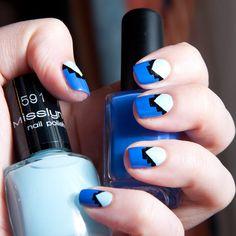 Chasing Shadows: nail art bleu, à peine tribalisé