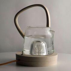 Kettle est une bouilloire bâtie sur une lampe. L'ensemble particulièrement réussi sur le plan esthétique, grâce à ses matériaux –bois et verre- et son look minimaliste, est également ingénieux et innovant :la bouilloire recycle l'énergie générée par l'ampoule pour chauffer l'équivalent d'une tasse à 90°, soit la température idéale pour une tasse de thé.