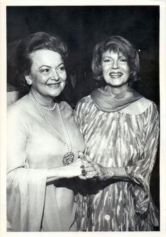 Olivia de Havilland and Rita Hayworth Old Hollywood Movies, Hollywood Icons, Old Hollywood Glamour, Hollywood Stars, Classic Hollywood, Rita Hayworth, Marlene Dietrich, Sophia Loren, Audrey Hepburn