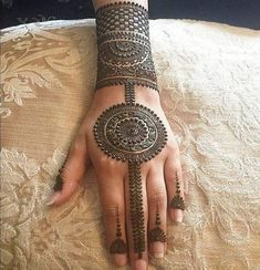 As the time evolved mehndi designs also evolved. Now, women can never think of any occasion without mehndi. Let's check some Karva Chauth mehndi designs. Latest Mehndi Designs, Easy Mehndi Designs, Indian Mehndi Designs, Mehndi Designs For Girls, Mehndi Designs For Beginners, Mehndi Design Pictures, Wedding Mehndi Designs, Mehndi Designs For Fingers, Beautiful Henna Designs