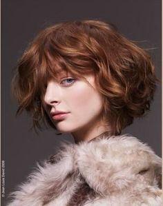 Yumuşak bob kesim  Bütün yaz boyunca Rihanna'nın ve Katie Holmes'in bob kesimini hayranlıkla izledik. Fakat kışın daha yumuşak kesimli boblar moda.   Kimler kullanabilir?   Saçları ince be kolay kontrol edilebilir olan kadınlar rahatlıkla kullanabilir. Geniş bukleler hatta dağınık bir şekilde bile oldukça seksi görünebilir. Dağınık bir görünüm gözlerinizi kapatabilir. Bu yüzden pastel ve canlı renkli bir ruj kullanmayı ikmal etmeyin.   Erica Stipa'nın tavsiyesi  Bu kesim genellikle kare ya…