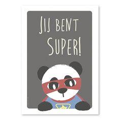Poster Super panda A4. Je kunt het niet vaak genoeg zeggen en een kind kan het niet te vaak horen. Deze panda superheld herinnert je kind daarom graag eraan hoe geweldig hij is, want dat is niet altijd even gemakkelijk te onthouden…Een grote boost voor het zelfvertrouwen, dus hang maar aan elke muur zodat het overal te lezen is of geef 'm een extra mooie lijst want: JIJ BENT SUPER! Ook verkrijgbaar als ansichtkaart.