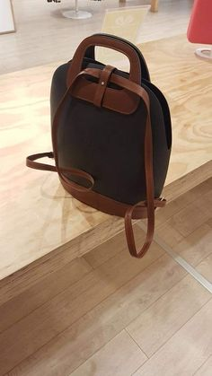 Handbag Tutorial, Fashion Bags, Women's Fashion, O Bag, Leather Craft, Purses And Handbags, Leather Backpack, Clock, Backpacks
