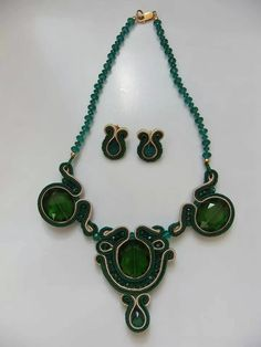 Girocollo con cristalli verdi
