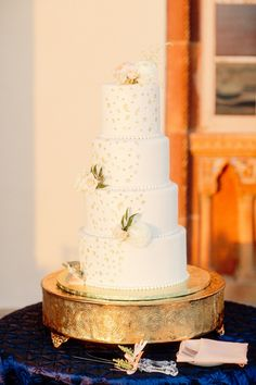 white and gold cake | Binaryflips Photography | Glamour & Grace