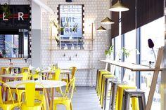 Солнечный дизайн интерьера в замечательном кафе Superettecafe