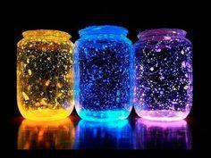 Nesse vídeo apresentamos um projeto muito original! O que acha de ter uma luminária de vagalumes no seu quarto?! É isso mesmo! Veja como fazer! É fácil! Vai precisar de: Um pote de vidro. Luvas de borracha. Pulseiras de neon. Tesoura. Glitter branco. 1 - Lave e enxague bem o pote de vidro. 2 - …