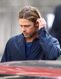 I don't mind that he's 49 years old! /// Brad Pitt es todo un clasico Angelina Jolie, Brad And Angelina, Le Jolie, Brad And Angie, Brad Pitt And Jennifer, Jennifer Aniston, Brad Pitt Haircut, Oklahoma, Ideal Man