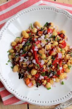 Salade pois chiches et poivrons – 2 bocaux de pois chiches de 400g (c'est bien meilleur qu'en conserve) – 3 gros poivrons – 4 gousses d'ail – une échalote – de l'huile d'olive