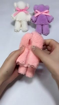 Beautiful Towel Bears - knitting is as easy as 3 knitting is going . - DIY und Handwerk - Beautiful Towel Bears – knitting is as easy as 3 Knitting boils down to three essential ski - Kids Crafts, Diy Home Crafts, Diy Arts And Crafts, Creative Crafts, Craft Projects, Decor Crafts, Diy Para A Casa, Towel Crafts, Sewing Hacks