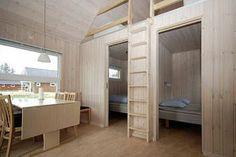 To rom, hems og kun seng Bunk Beds, Cribs, Entryway, Boathouse, Montana, Interior, Garage, Furniture, Studio