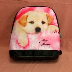Sac à dos en tissu avec motif labrador sur fond rose. Plusieurs poches de rangements.  Peut se porter en sac à dos ou sur l'épaule.  Dimension: 30 cm x 33 cm