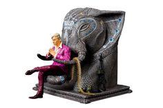 Na Xzone je v akci ke koupi 20cm figurka Pagan Mina z Far Cry 4 sedicího na trůně ve tvaru sloní hlavy, obklopeném zbraněmi.