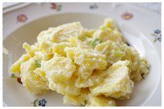 Kartoffelsalat Schweizer Art, ein leckerer Kartoffelsalat mit Mayonnaise und Schmand im Dressing. Und hier ist das Rezept http://wolkenfeeskuechenwerkstatt.blogspot.de/2011/04/kartoffelsalat-schweizer-art.html